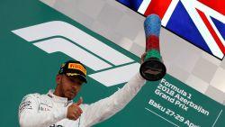 Hamilton wint GP van Azerbeidzjan na incidentrijke race en knotsgek slot, Vandoorne negende