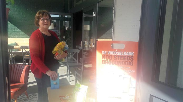 Vrijwilligster Therese Smulders neemt de levensmiddelen voor de Voedselbank Loon op Zand in ontvangst.