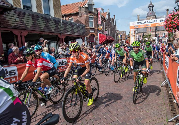 Annemiek van Vleuten is dit jaar titelverdedigster van de Boels Ladies Tour, die vrijdag Nijverdal aandoet.