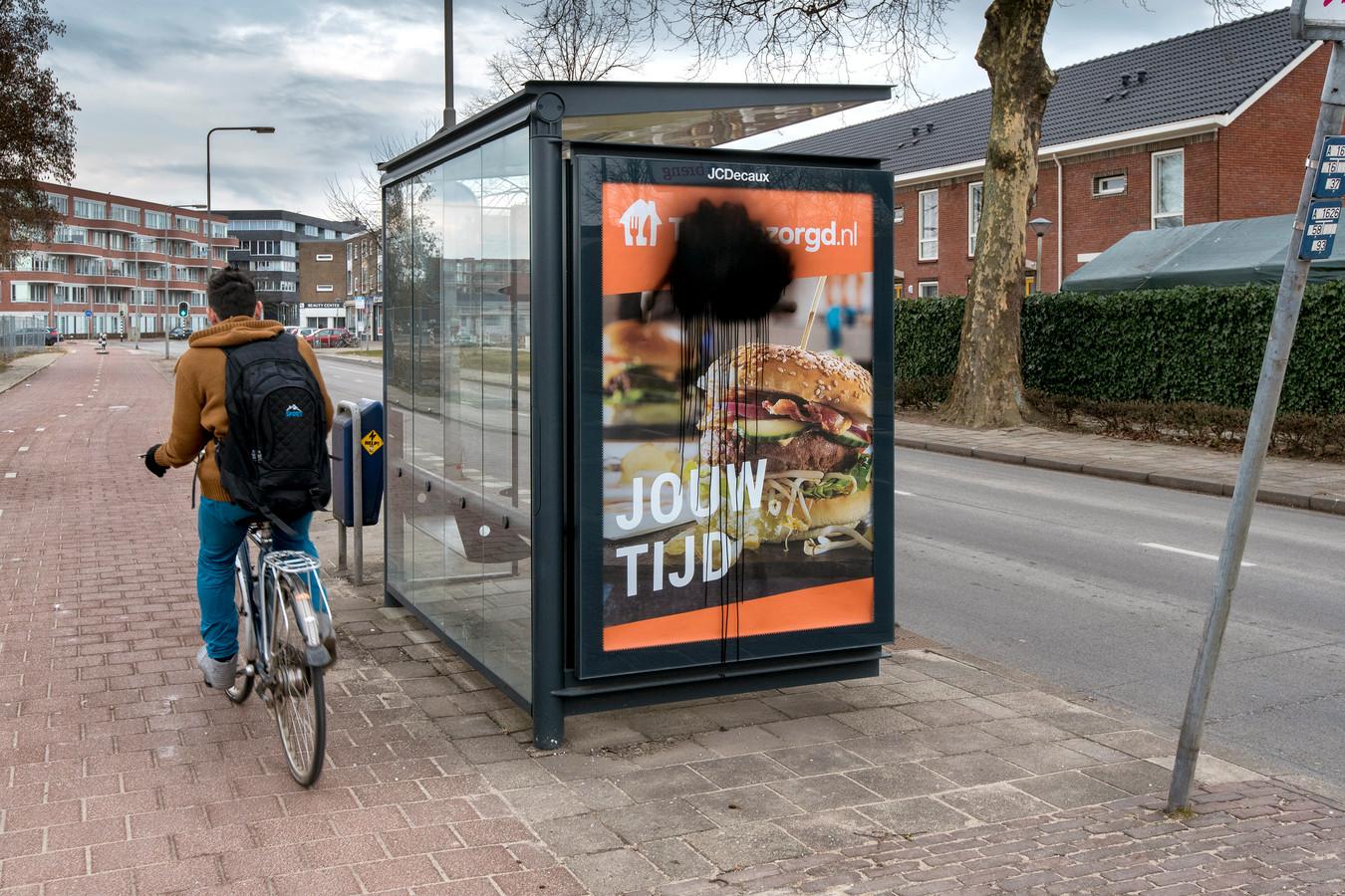 In Arnhem werden eerder deze week abri's gesloopt vanwege de Suitsupply posters. In deze abri zat eerst zo'n poster.