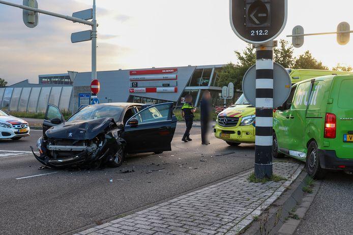 Bij de botsing op de Galvanistraat raakte een inzittende van de personenauto gewond.