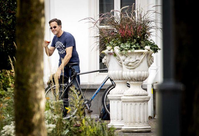Premier Mark Rutte trok gisteren met de fiets naar het corona-overleg in Den Haag. Vanavond volgt een persconferentie waarop Rutte de nieuwe maatregelen zal toelichten.