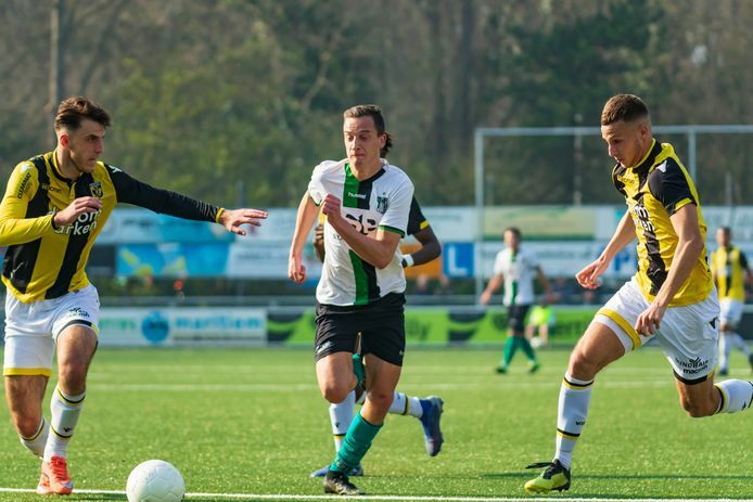 Jur Driessen (rechts) hier nog in actie voor Jong Vitesse.