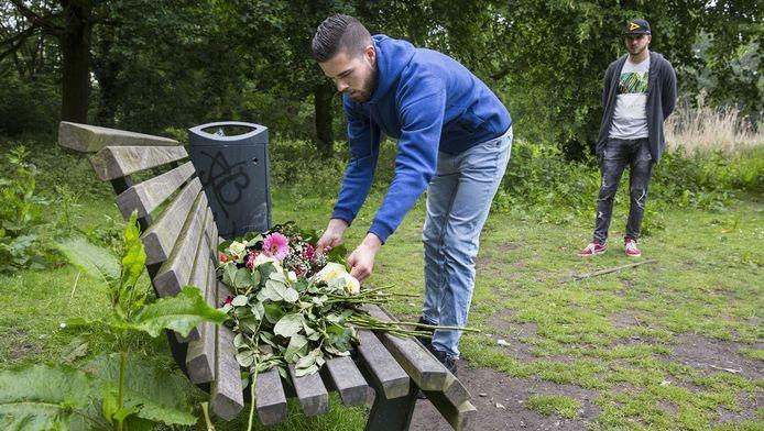 Vrienden van Mitchel leggen bloemen neer op de plek waar hij werd doodgeschoten