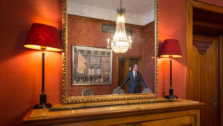 De dameskamer, met in de spiegel directeur Richard Francken. Beeld Dingena Mol