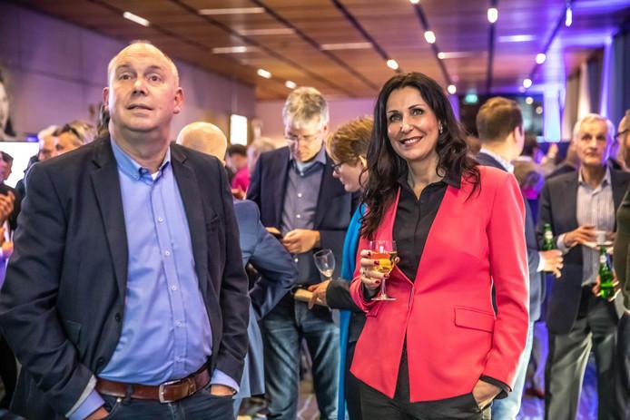 Gedeputeerden Bert Boerman (ChristenUnie) en Monique van Haaf (VVD) wachten de uitslagen af in het provinciehuis in Zwolle.