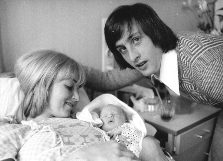 Danny en Johan Cruijff met hun pasgeboren zoon Jordi, die ook profvoetballer zou worden(1974) Beeld anp