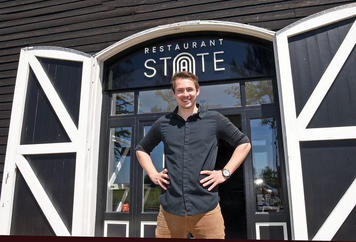 Michiel van Laere voor de ingang van zijn restaurant.
