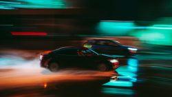 Twee bestuurders houden straatrace tijdens huwelijksstoet