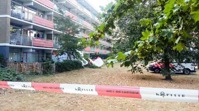De omgeving van de flat aan de Kortlandplaats in Arnhem is afgezet na een fatale steekpartij, woensdagavond.