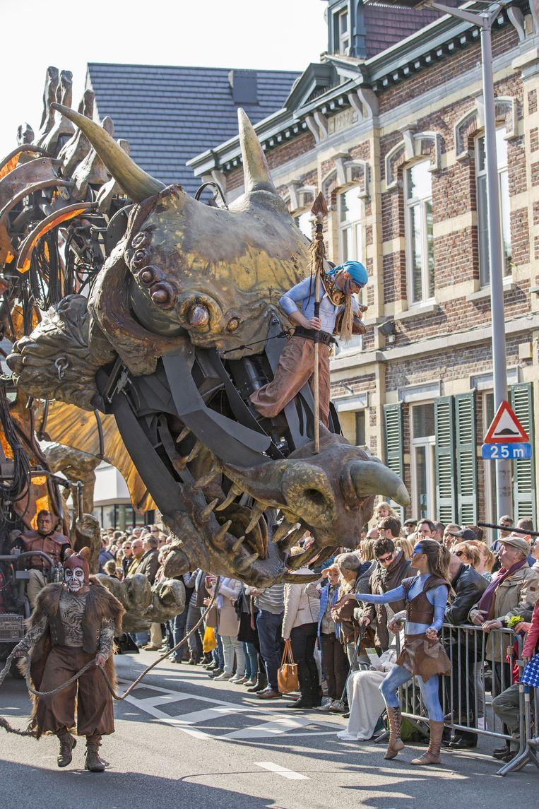 De draak van theatergroep Planète Vapeur ging met de meeste aandacht lopen, maar ook andere figuren van diverse pluimage konden de massa bekoren.