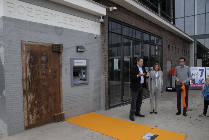 Bij de opening van de pinautomaat 'Boerenleenbank' bij CHV de Noordkade werd bekend gemaakt dat daar ook een historische tegel komt te liggen.