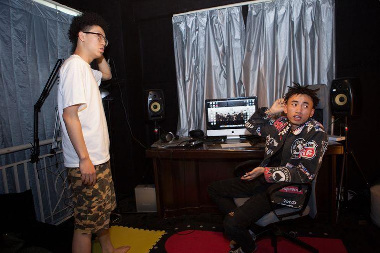 Rappers PsyP en Ma Siwei van Higher Brothers in de studio. Beeld