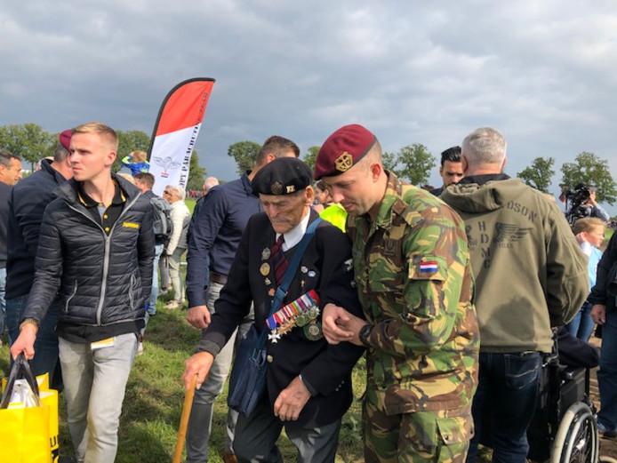 Parachutisten dalen boven Vlagheide, de veteranen die 75 jaar geleden omlaag kwamen worden gehuldigd.