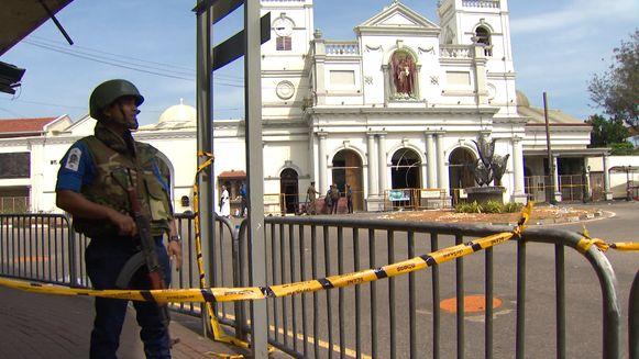 De getroffen kerk van Saint Anthony blijft zwaar bewaakt na de aanslagen