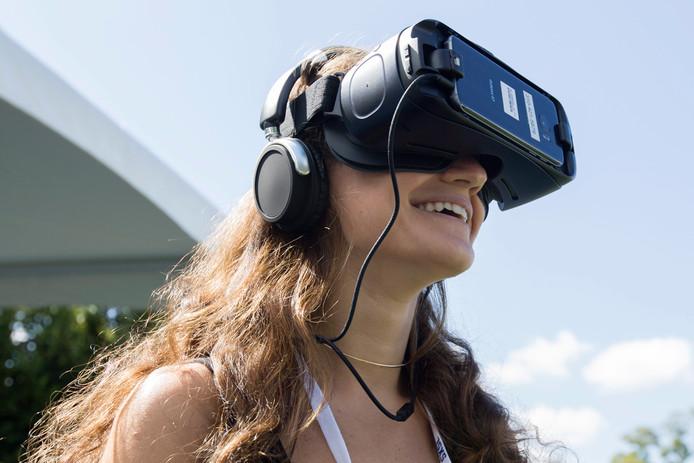 Een vrouw met VR-bril op