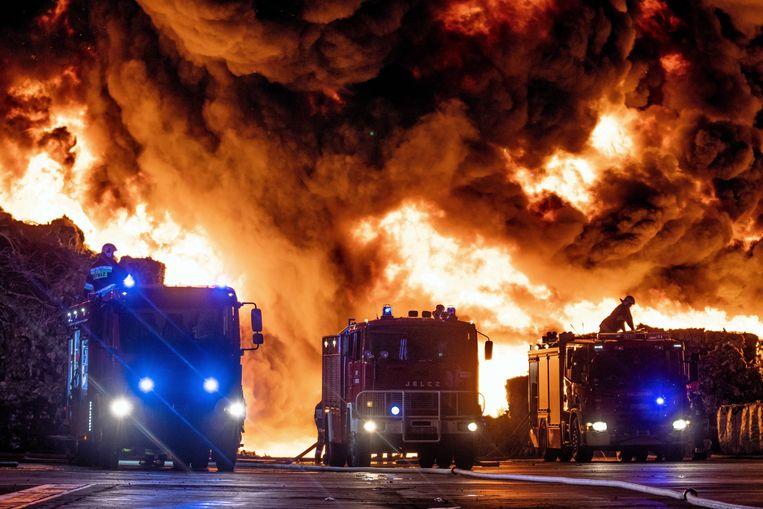 Brandweer bestrijden een brand op een illegale afvalstortplaats in de buurt van de stad Zgierz in Polen op 26 mei. 250 brandweerlieden waren twee dagen bezig met blussen. Beeld EPA