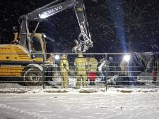 Paard glijdt uit in Zeist, brandweer tilt dier met een graafmachine weer op z'n benen