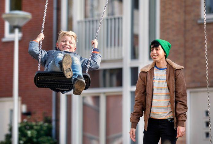 Tobias en James vermaken zich in de speeltuin.