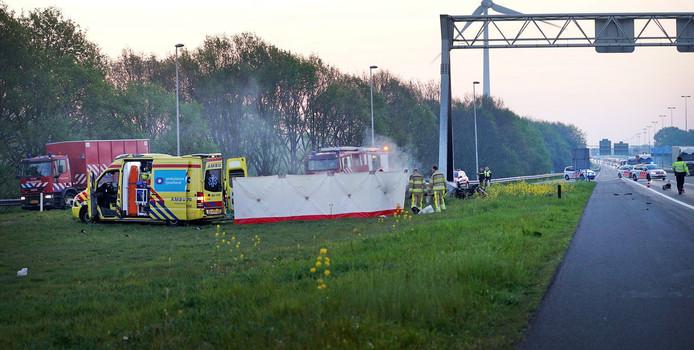 De situatie vlak na het ongeluk op de A1 bij Deventer. Vier jonge mannen uit Apeldoorn kwamen om het leven.