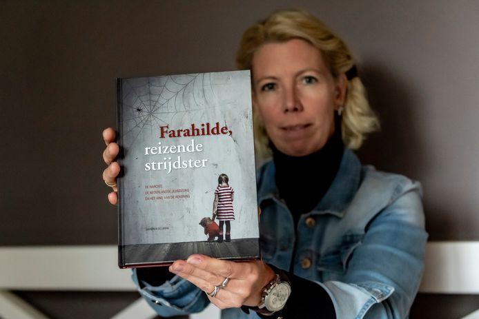 Marieken de Lange met haar boek dat maandag 16 december wordt gepresenteerd.