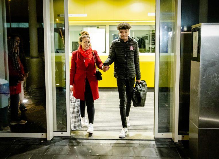Daniel Buter verlaat het detentiecentrum, waar hij in de vreemdelingendetentie was gezet, met zijn advocaat Maartje Terpstra.  Beeld ANP