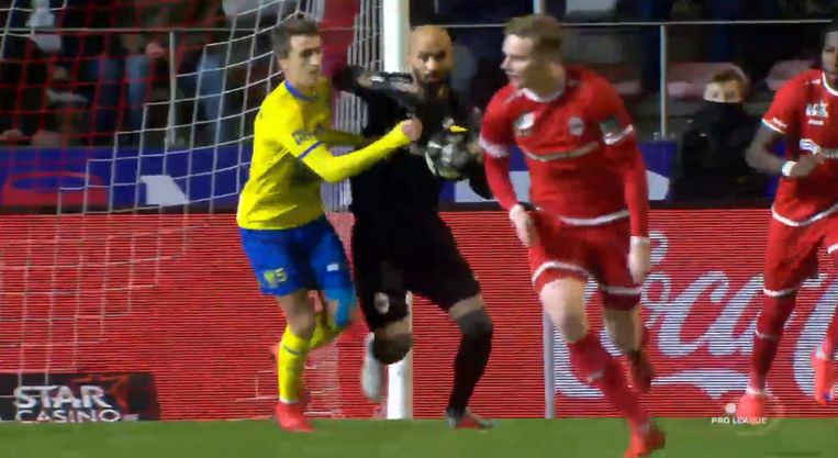 Sinan Bolat veroorzaakte een penalty na een elleboog aan het adres van De Sart.