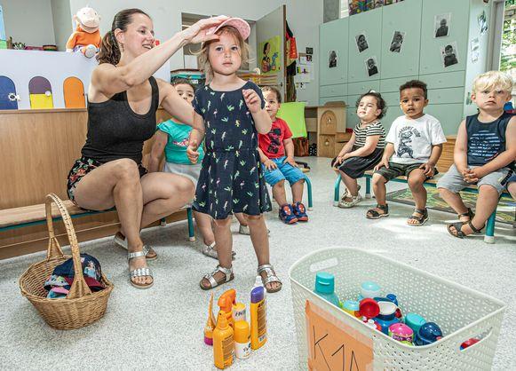 Petjes of hoedjes op het hoofd, de waterflessen en de zonnemelk bij de hand. In GO! basisschool De Plataan is men goed voorbereid op de tropische temperaturen.