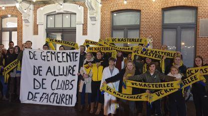 """Volleyballers protesteren aan gemeentehuis: """"Hogere huurgelden zijn strop rond de nek"""""""