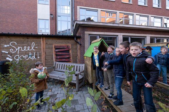 Leerlingen van Lagere school en kleuterschool De Basis spelen hun gloednieuwe speelplaats in.