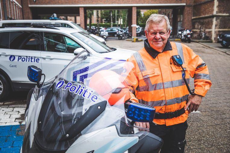 Rudy Van den Eede bij zijn geliefde politiemotor.
