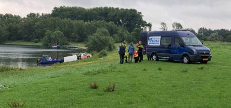 Politie vindt tijdens zoektocht met sonar naar vermiste Arnhemmer levenloos lichaam in Valeplas bij Giesbeek