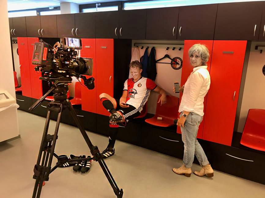 Filmmaker Deborah van Dam en Dirk Kuyt in de kleedkamer van Feyenoord.