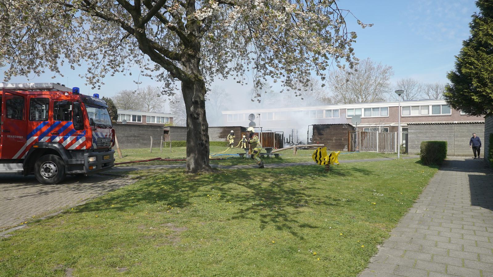 Op een hofje achter de Keizer Karellaan in Deventer zijn vanmiddag 3 schuren in brand gevlogen.