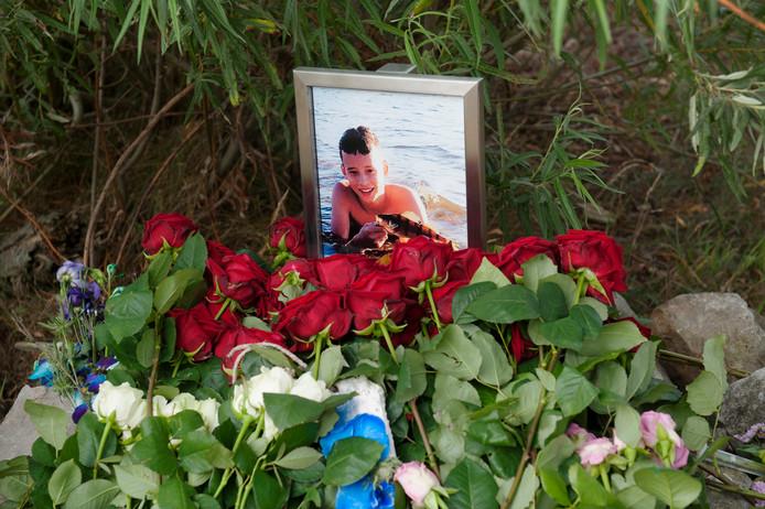 Well. Herdenkingsplek voor de bij een jetski-ongeluk omgekomen 14-jarige Levi Thoonen op het strandje aan de Maas bij Well