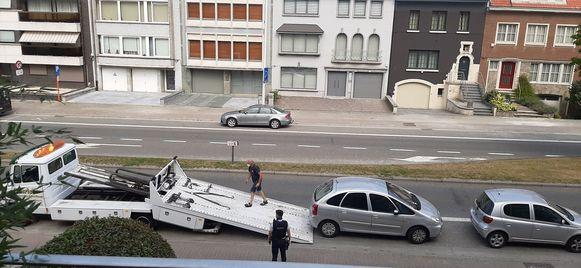 De auto werd later weggetakeld in het bijzijn van de politie.