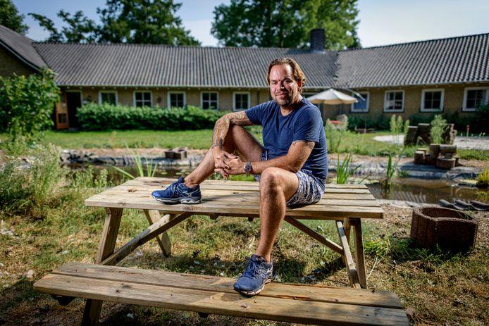 Wouter Wytenburg op 12 augustus in de tuin van de wil voormalige kleuterschool aan de Van Coeverdenstraat waar hij de Wonderschool zou beginnen voor jongeren met een beperking. Hij is inmiddels aan de kant gezet.