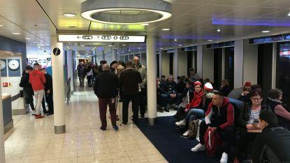 Honderdtal migranten dringt haven van Calais binnen: helft klimt aan boord van ferry