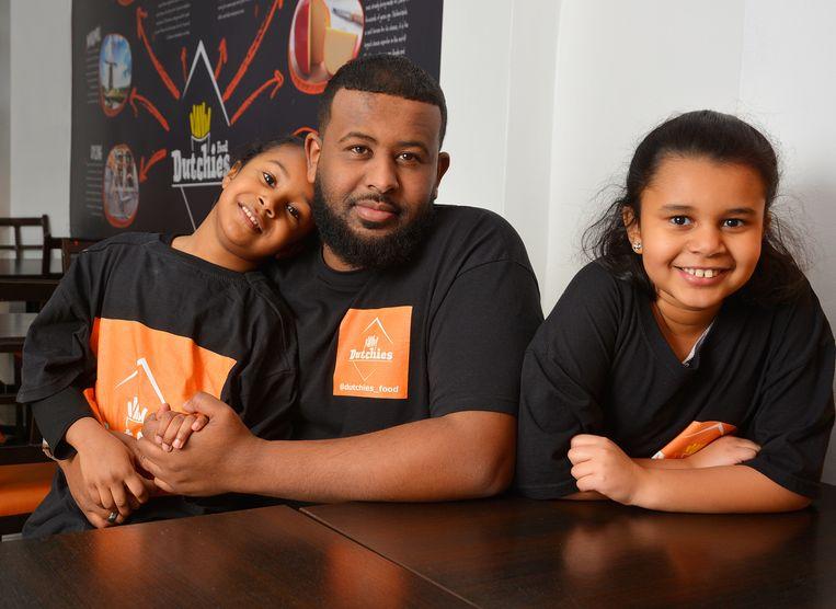 Najib Sufi met zijn dochters Aisha en Aaliyah in hun Nederlandse snackbar aan de Ladypool Road te Birmingham  Beeld