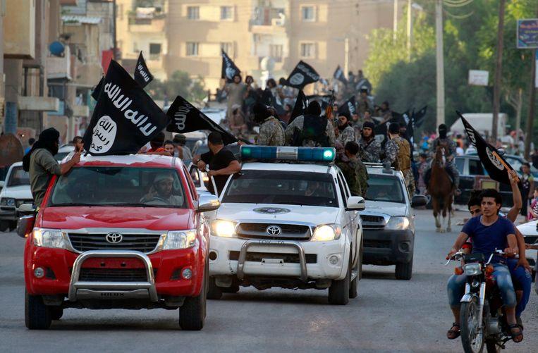 IS-leden hielden bij de inname van Raqqa, de Syrische stad die zou uitgroeien tot de 'hoofdstad' van het kalifaat, een overwinningsparade met buitgemaakt materieel.  (Archieffoto 30  juni 2014).