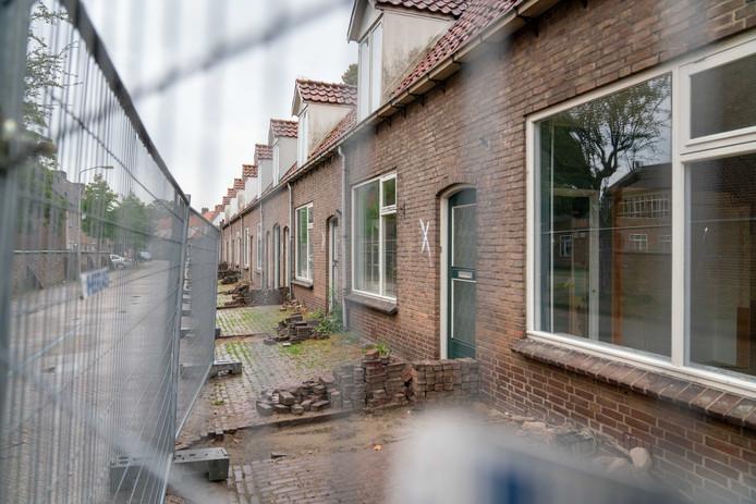 De sloop en nieuwbouw van de woningen aan de Doelenstraat in Huissen is stilgelegd vanwege de stikstofdiscussie.
