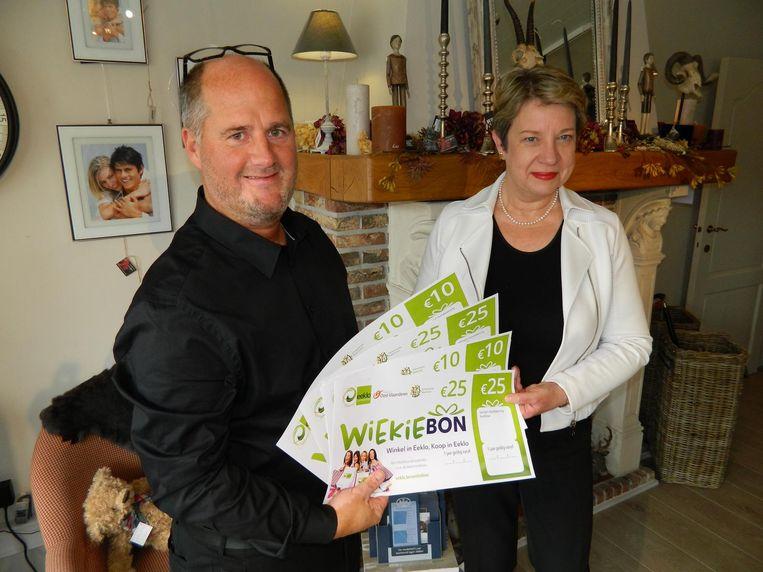 Christophe De Waele en Nicole De Munter tonen de Wiekie-bon. Die waardebon is enkel bij de Eeklose handelaar te gebruiken, en is een eerste stimulans voor de middenstand.