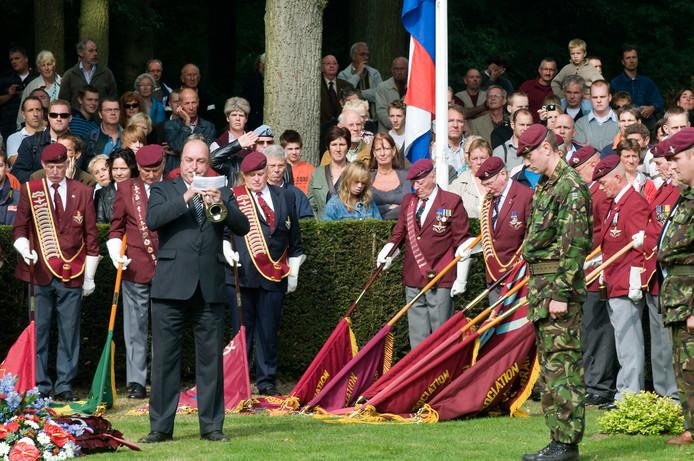 De Last Post tijdens de herdenkingsdienst op de Airborne Begraafplaats.