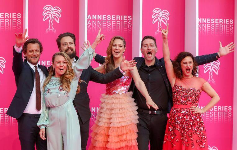 Het team van 'Studio Tarara' op het festival Canneseries, met scenarioschrijver Tim Van Aelst, producent Sofie Peeters, acteur Geert Van Rampelberg, actrice Lauren Versnick, regisseur Wim Geudens en actrice Janne Desmet.
