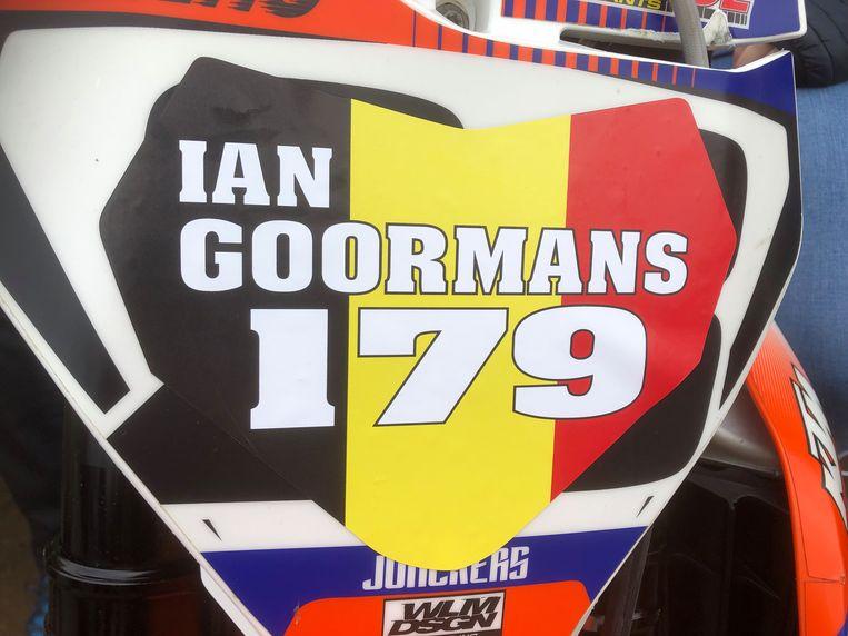 Het nummerbord van de aanwezige crossmotors werd overplakt met het nummer van Ian