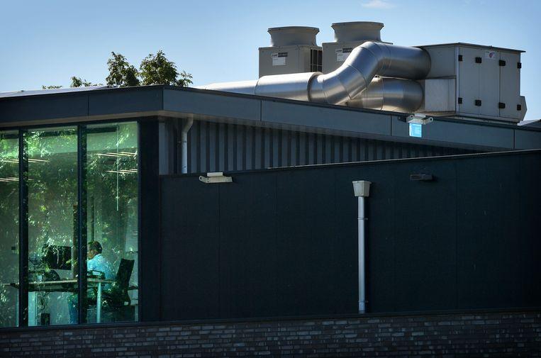 Een luchtbehandelingskast op een kantoor in Druten.  Beeld Marcel van den Bergh / de Volkskrant