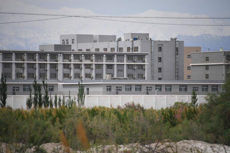 Een gebouw in Xinjiang waarvan wordt vermoed dat er een heropvoedingskamp voor Oeigoeren gevestigd is. Beeld AFP