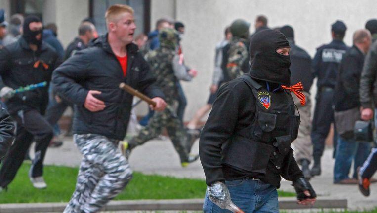 Pro-Russische separatisten gaan op de vuist met pro-Oekraïense demonstranten in de Oost-Oekraïense stad Donetsk. Beeld EPA