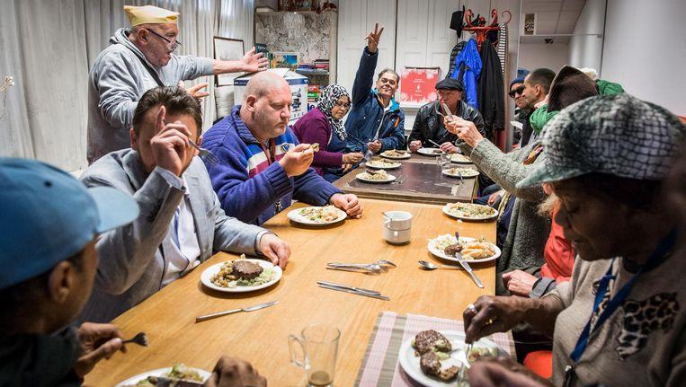 Eenzaamheid onder Amsterdammers kan worden aangepakt door het onderlinge contact te versterken Beeld Dingena Mol