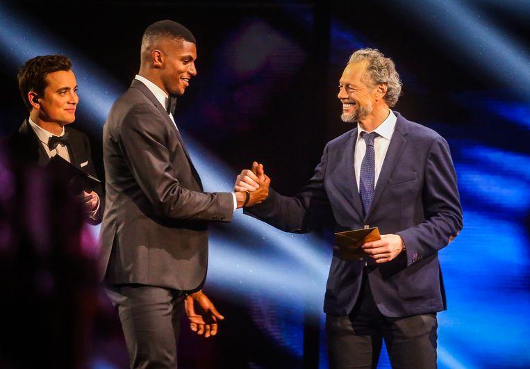 Met de handshake van zijn ex-coach: Preud'homme overhandigt Wesley zijn trofee.